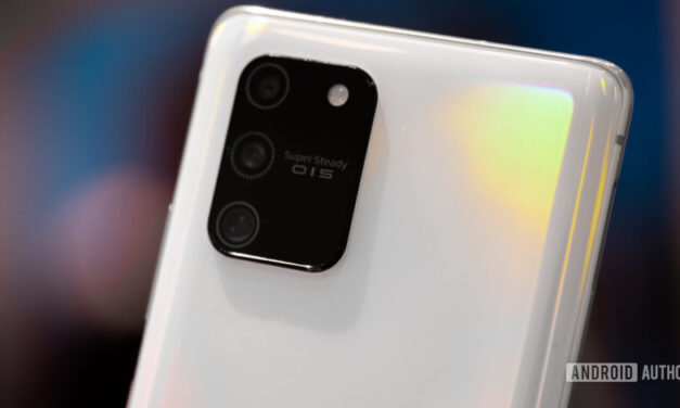 Samsung Galaxy S20 FE revela parte trasera de plástico, sin conector para auriculares